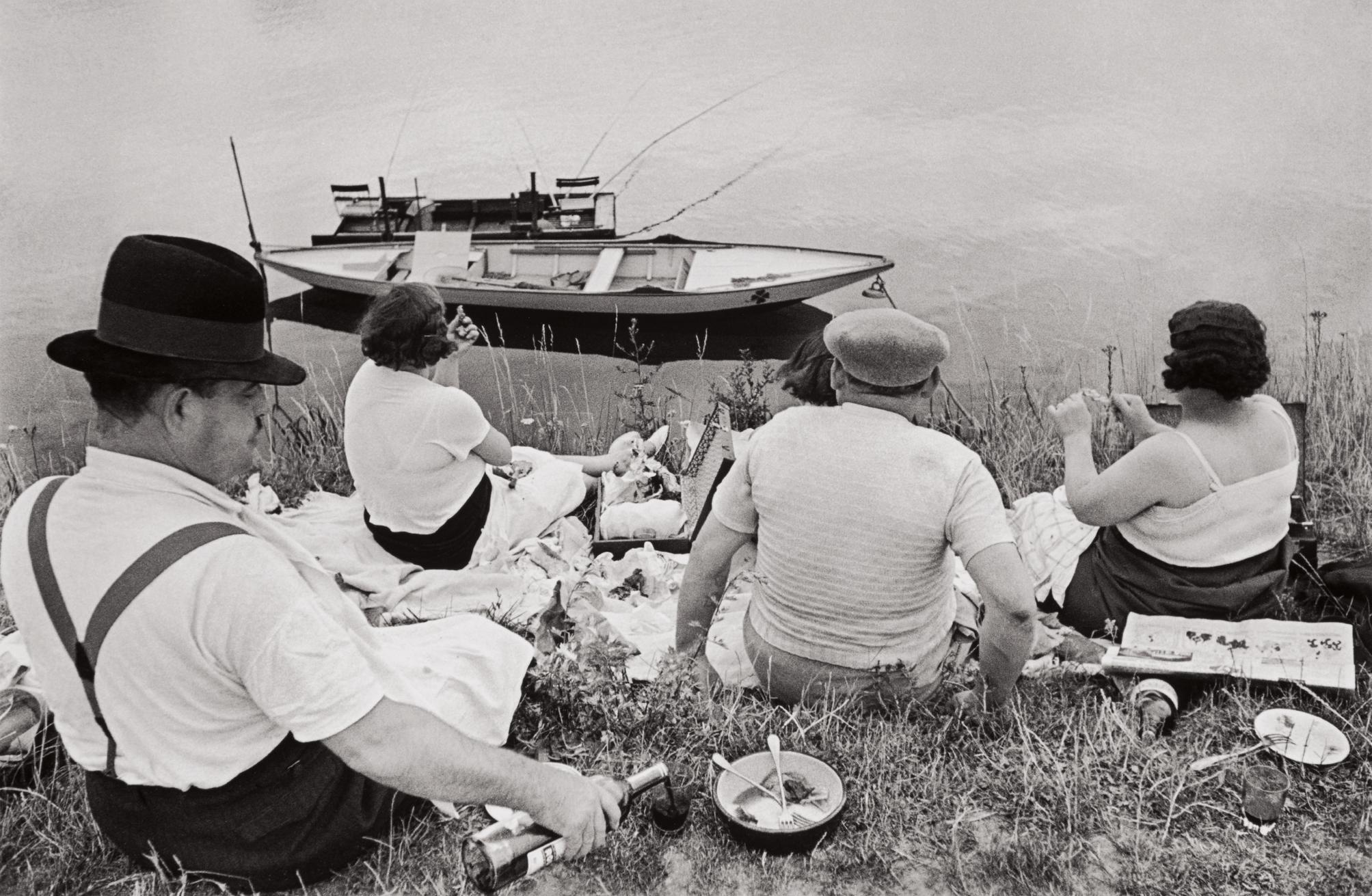 Henri Cartier-Bresson-Sunday On The Banks Of The Seine-1938