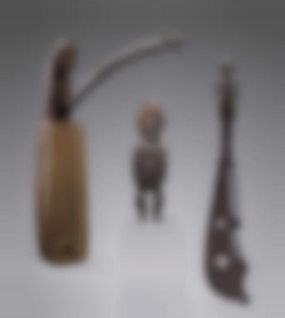 Une Statuette Teke Une Epee Yorouba Et Une Harpe Sango - Republique Democratique Du Congo, Nigeria Et Gabon-