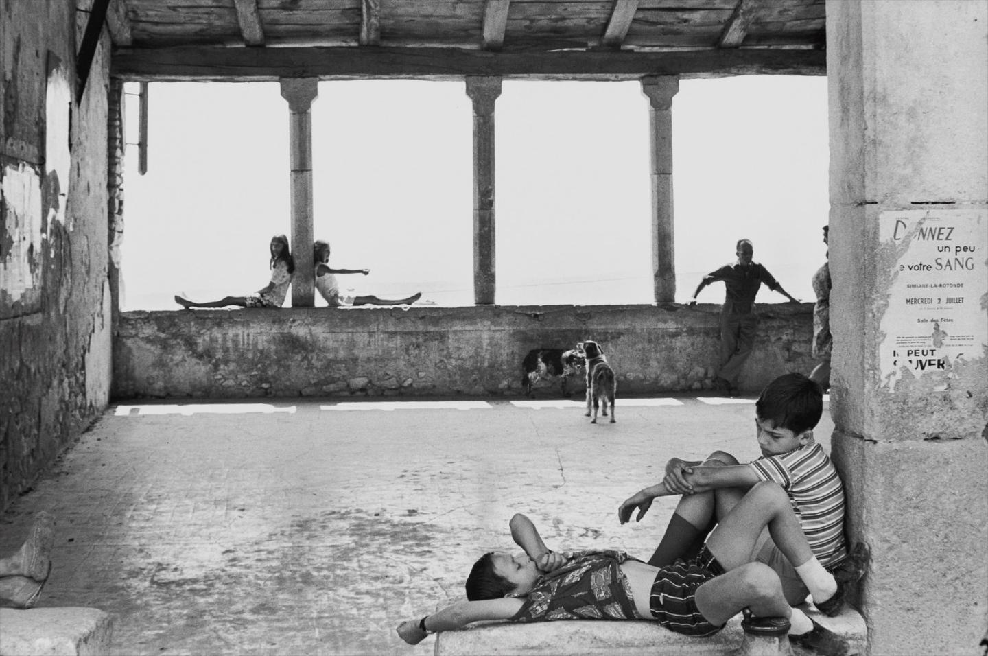 Henri Cartier-Bresson-Simiane-La-Rotonde, France-1969