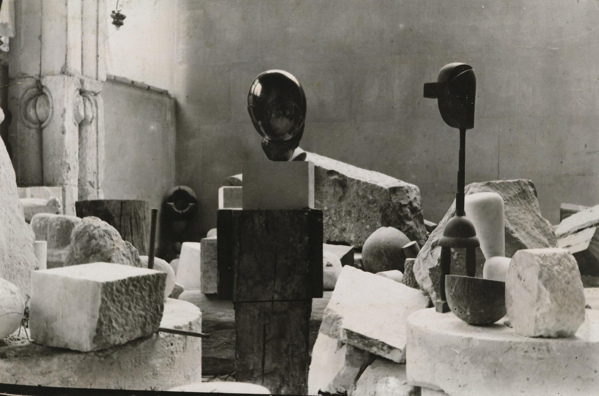 Constantin Brancusi-Vue Datelier-1923