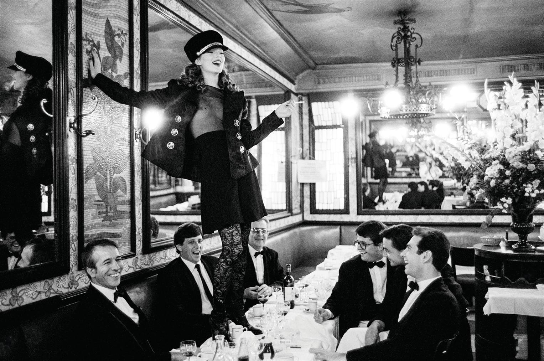 Arthur Elgort-Kate Moss A La Brasserie Lipp, Paris, Pour Italian Vogue, Septembre 1993-1993