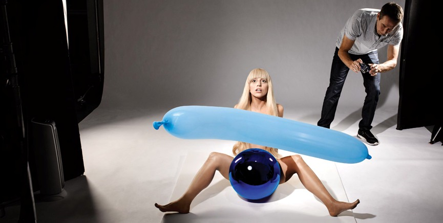 Jeff Koons taking a photo of Lady Gaga for the cover of her album