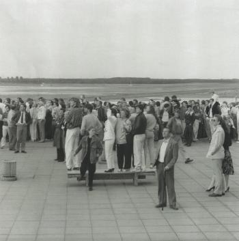 Andreas Gursky-Sonntagsbilder, Flughafen, Dusseldorf-1985