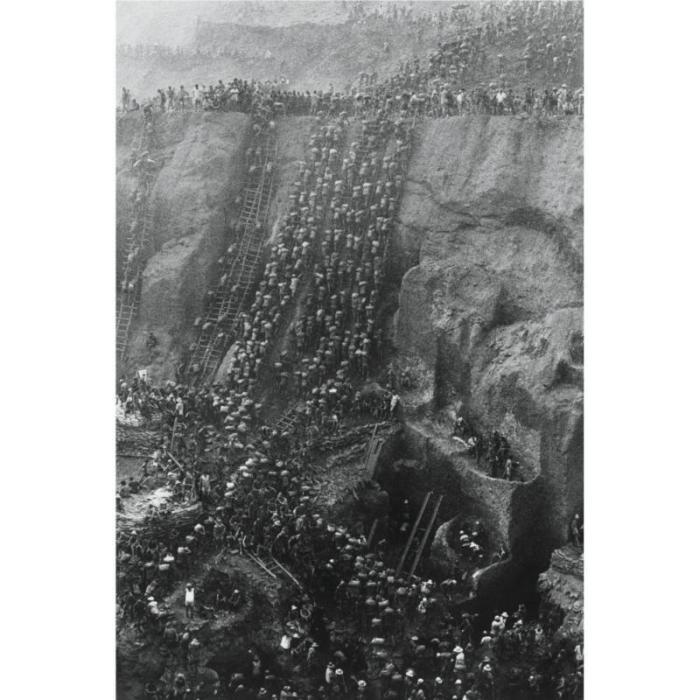 Sebastiao Salgado-Brasil (Serra Pelada Gold Mine, Figure Eight)-1986