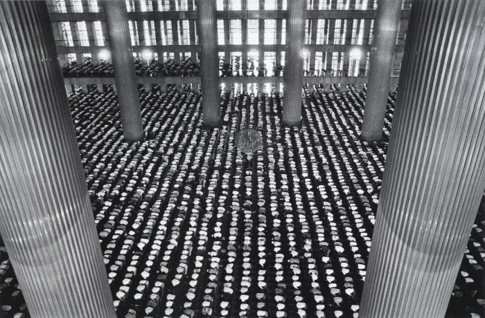 Sebastiao Salgado-Indonesia (The Mosque of Istiglal, Jakarta)-1996