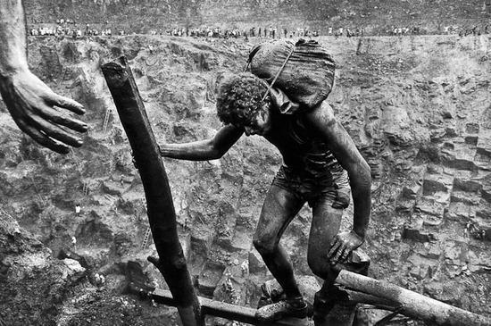 Sebastiao Salgado-Serra Pelada Gold Mine, Brazil (Hand)-1986