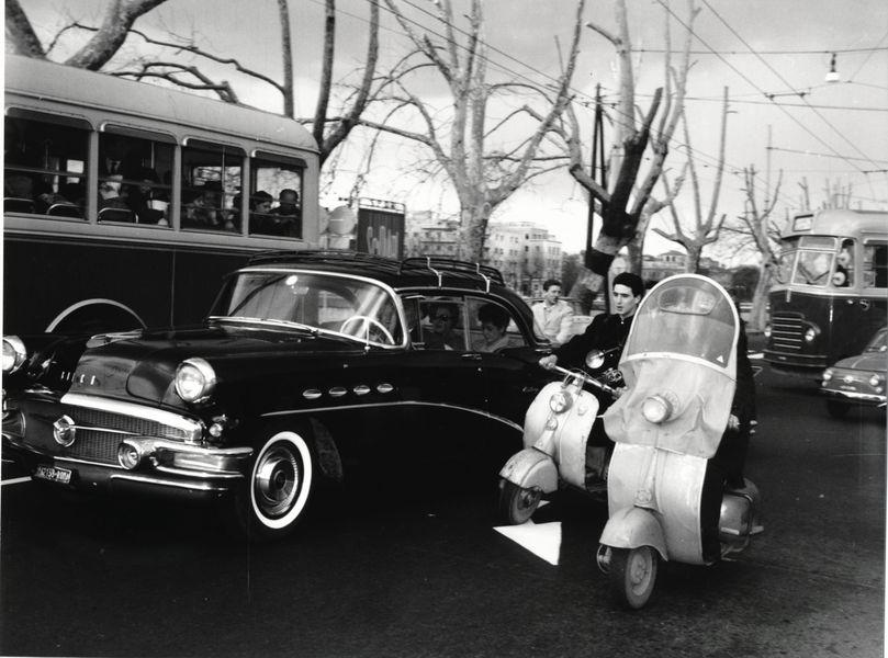 Agenzia Dufoto - Paparazzi in vespa seguono l'auto di Soraya Roma, 1959 circa at Gallerie d'Italia
