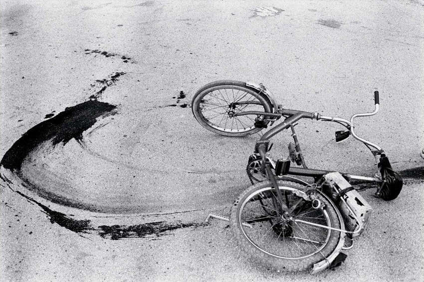 Annie Leibovitz - Sarajevo, Fallen Bicycle of Teenage Boy Just Killed by a Sniper, 1994, photos, shot