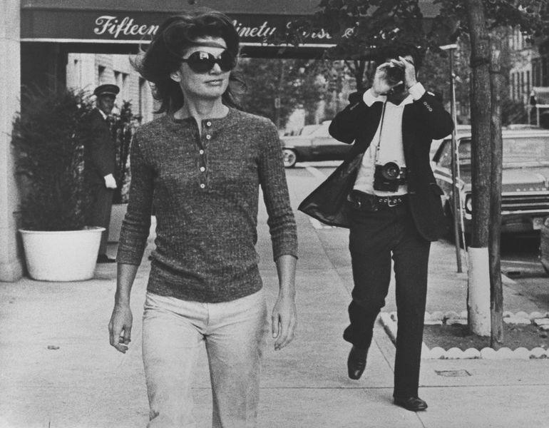 Anonimo - Jacqueline Kennedy Onassis e Ron Galella su Madison Avenue New York, 7 ottobre 1971