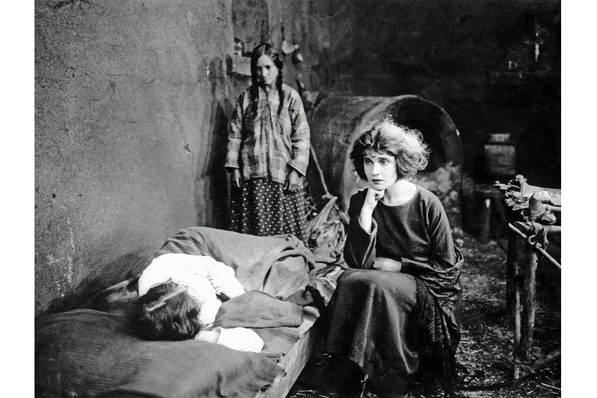 """Anonimo - Tina Modotti nel ruolo di Maria de la Guardia nel film """"The Tiger's Coat"""" (Pelle di Tigre) Hollywood, 1920"""" can't be used"""