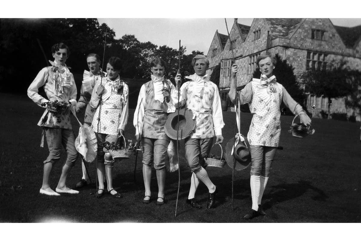 Cecil Beaton - The Bright Young Things at Wilsford
