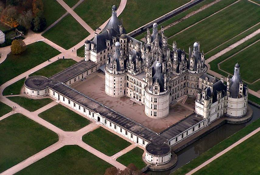 château de Chambord and Museum of Louvre in this article