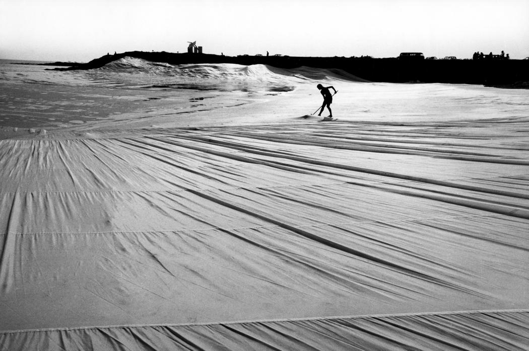 Christo and Jeanne-Claude Ocean Front, Newport, Rhode Island, 1974 Photo: Gianfranco Gorgoni © 1974 Christo; the early project on the river