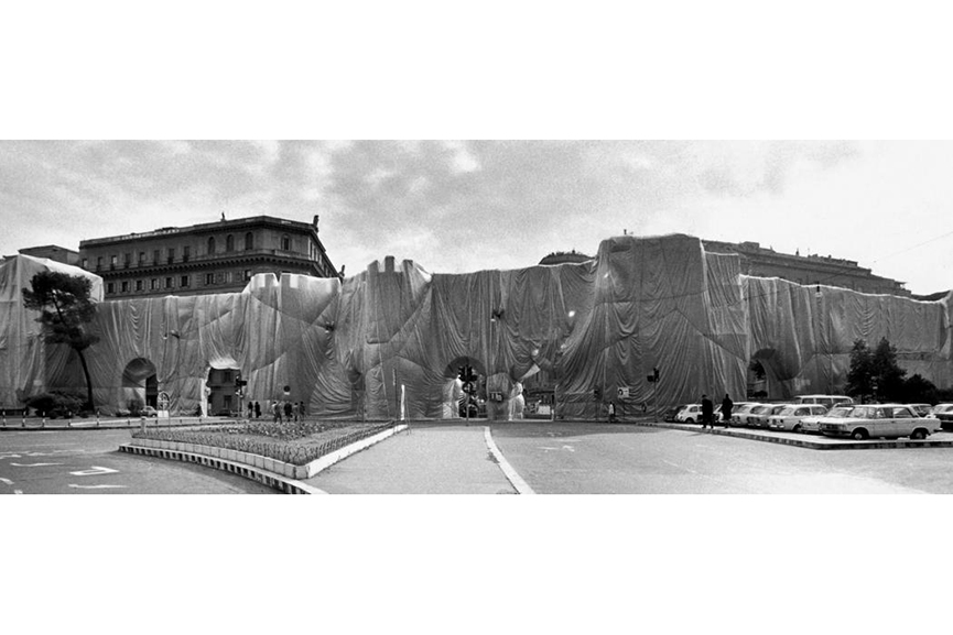 Christo and Jeanne-Claude The Wall - Wrapped Roman Wall, Via Veneto and Villa Borghese, Rome, Italy, 1973-74 Photo: Massimo Piersanti © 1974 Christo; they used to work outside of the museum