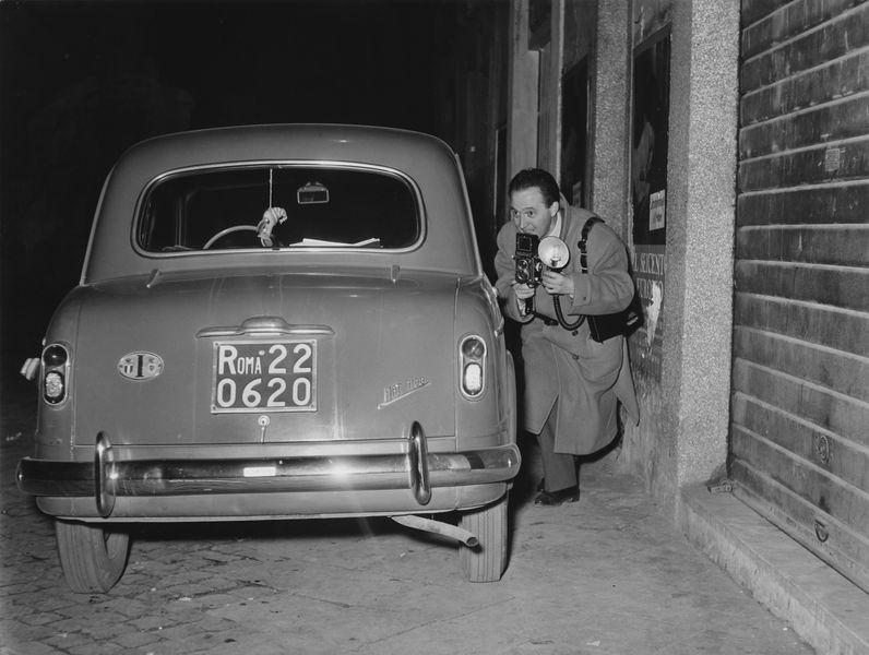 Ezio Vitale - Tazio Secchiaroli in appostamento Roma, 1958