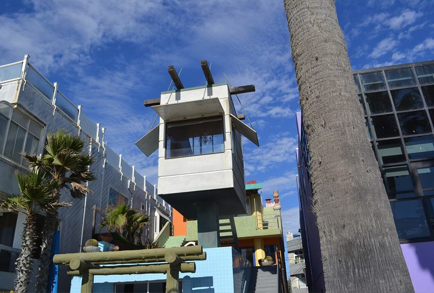 Frank Gehry - Venice Beach House, one of the most popular postmodern buildings, icons of postmodernism. Sometimes an early architect built buildings above graves . Portland is considered the building center of architects