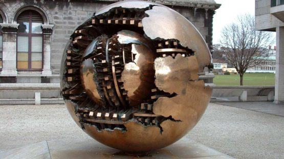 Gio Pomodoro - Sfera con sfera, Trinity College, Dublin, 1996 - Image source Wikipedia