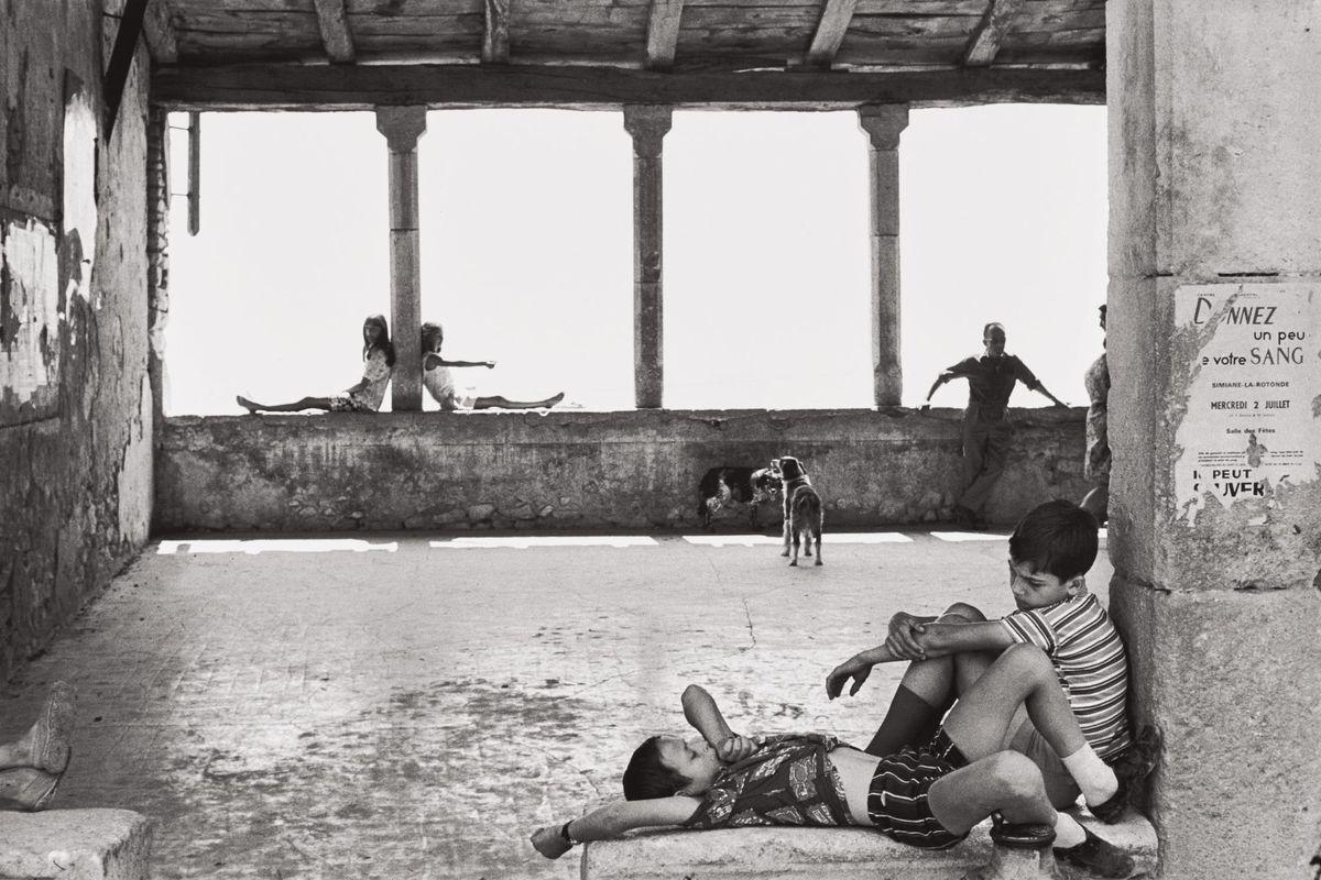Henri Cartier-Bresson - Simiane-la-Rotonde, France, 1969