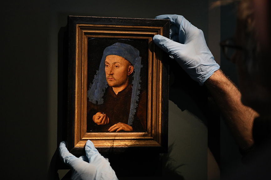 Installation of Jan van Eyck, Portrait of a man with a blue chaperon
