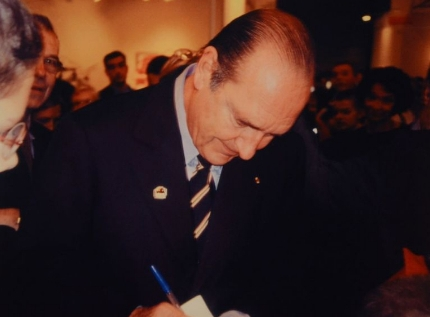 Invader-Invasion de Jacques Chirac par une Sticker 01 Point-2004
