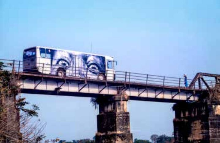 JR-28 Millimeters, Women Are Heroes - Bus sur le pont de Bo City en Sierra Leone-2012