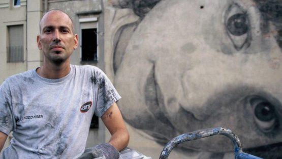 Jorge Rodríguez-Gerada in front of his Emma Barcelona mural in 2006, photo credit Ana Álvarez-Errecalde