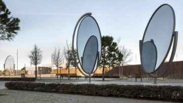 José Pedro Croft - No title, 2015, iron and mirror, height 7 meters. Courtesy of the artist