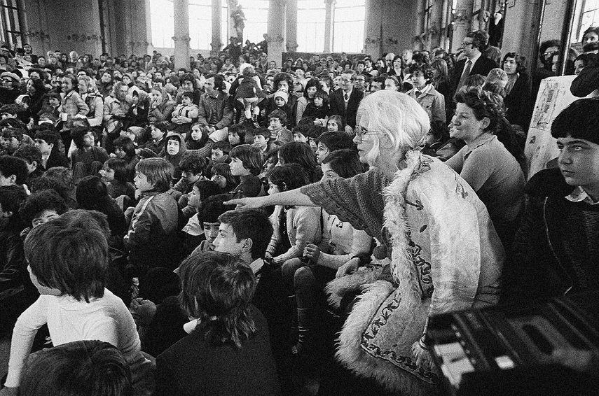 Letizia Battaglia, Franca Rame durante lo spettacolo di burattini alla Palazzina Liberty, 1974, Milano