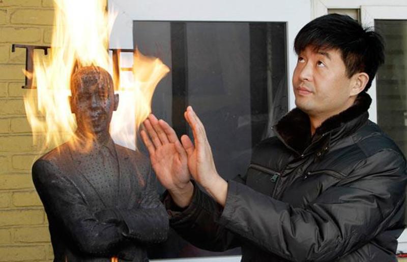 Liu Bolin - Burning Man Obama, 2009, home 2013 people