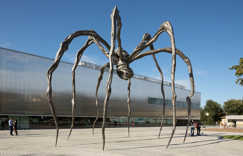 Louise Bourgeois - Maman Sculpture, 1999 - Casting a wax metal mold statue is closer to working with ceramic clay patina than with the original edition of bronze sculpture
