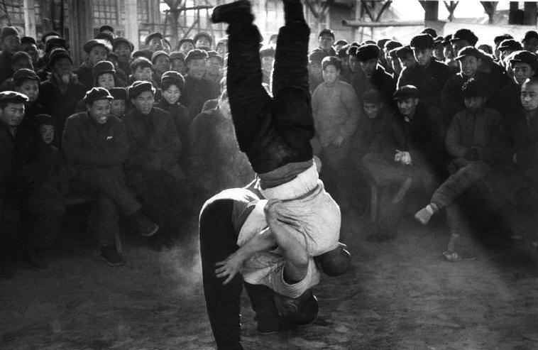 Marc Riboud - Two wrestlers in Beijing, 1957