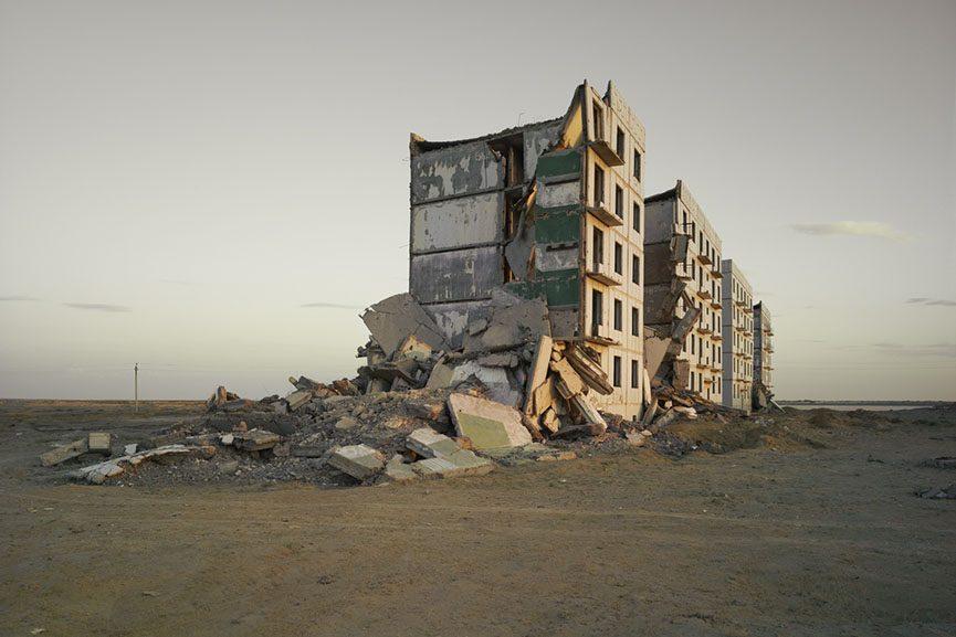 Nadav Kander - The Aral Sea I (officer's housing), Kazakhstan