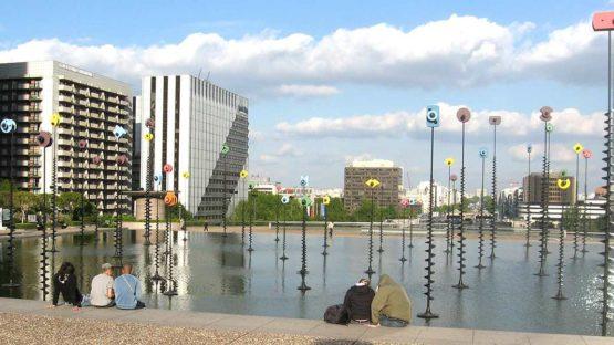 Panayiotis Vassilakis Takis - Objekte im Bassin in Paris La Défense