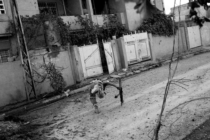 Paolo Pellegrin - Soldiers of the 9th Iraqi armoured division engage with ISIS militants