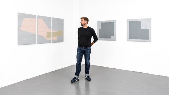 Peter Baracchi - Photo of the artist in front of his work - Image courtesy of Soon Galerie