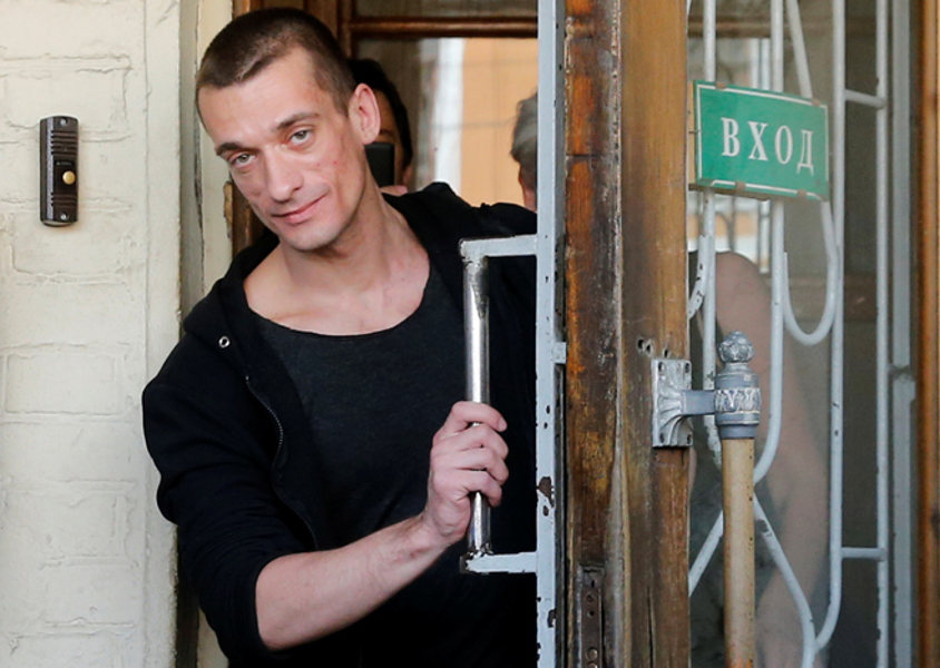 Pyotr Pavlensky is Leaving the coartroom as a Free man, photo Maxim Zmeyev Reuters