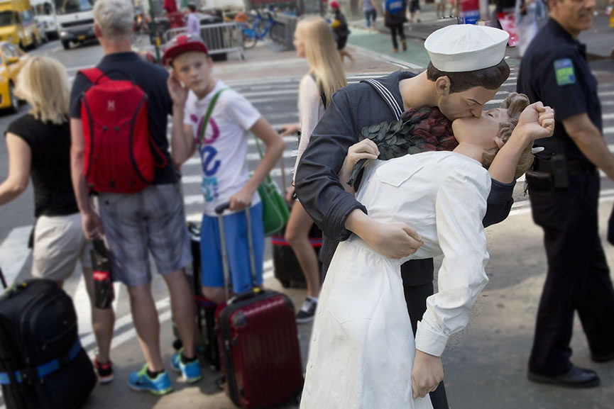 kissing sailor sculpture new york unconditional surrender day statue