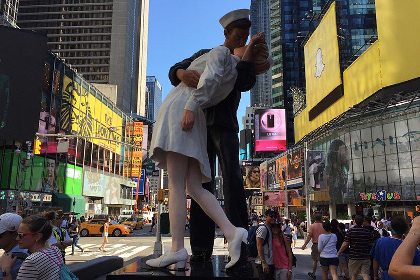 kissing sailor sculpture new york statue surrender unconditional day times square kiss 2015 august