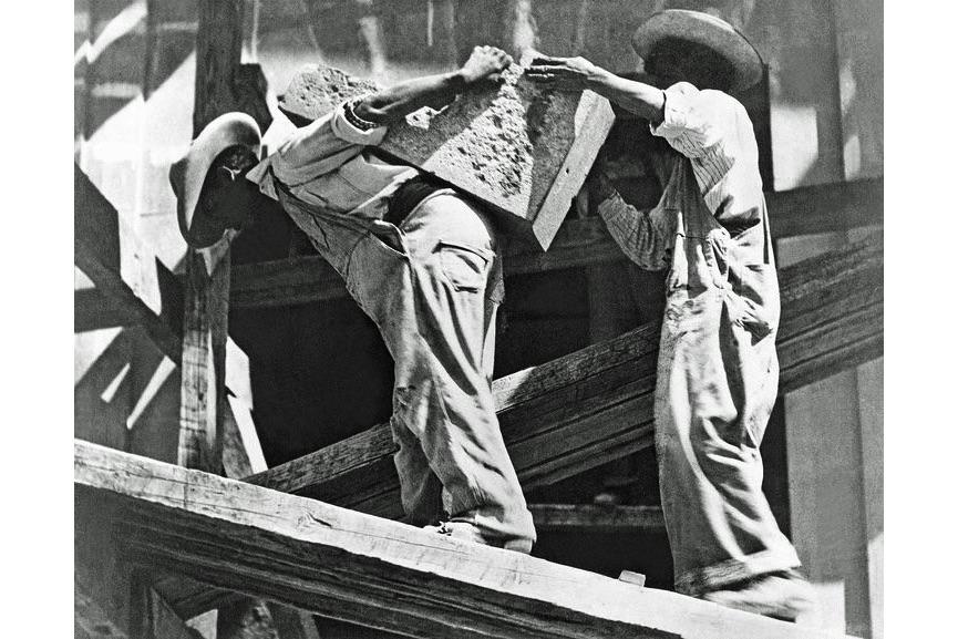 Tina Modotti - Operai dell'edilizia nello stadio, Messico D.F., 1927