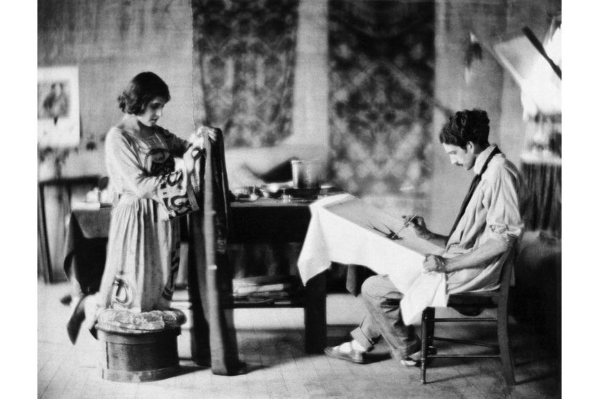 "Walter Frederick Seeely - Tina Modotti e Roubaix Richey creando ""batiks"" Los Angeles, 1921"