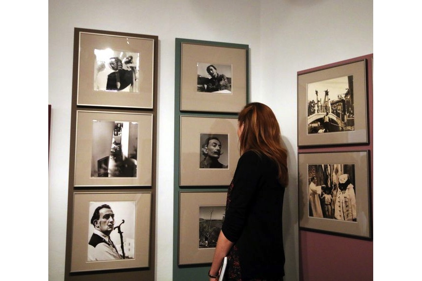 Women photograph Dalí, Installation view